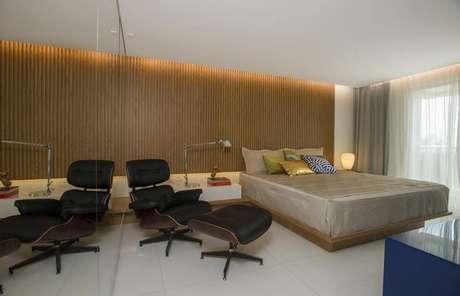 5. A madeira é um dos materiais mais utilizados por quem quer ter mais luxo em um quarto de casal moderno.Projeto por:Rodrigo Maia