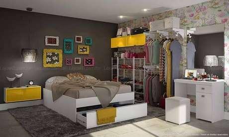 56. O uso de araras também é uma opção funcional para um quarto de casal moderno. Projeto por: Lojas KD