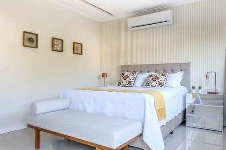 69. O uso do divã também dá um toque clássico ao quarto de casal moderno. Projeto por: Avner Posner