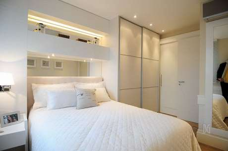 62. O branco costuma ser um cor muito utilizada na decoração de um quarto de casal moderno. Projeto por: BG Arquitetura