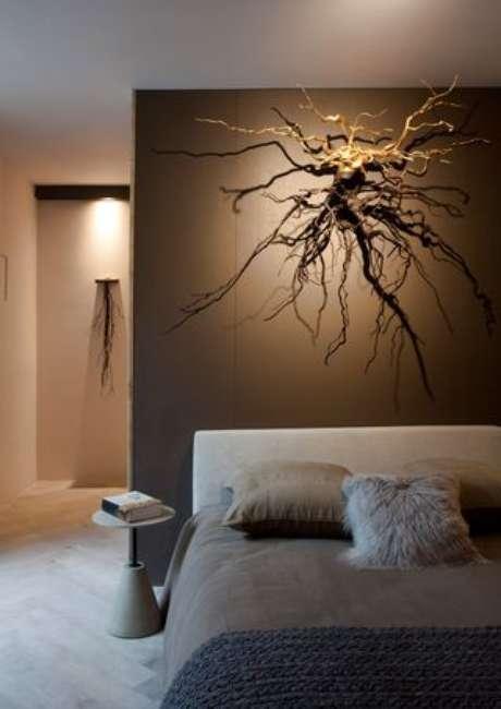 43. Obras de artes podem ser utilizadas par destacar o espaço não utilizado de um quarto de casal moderno. Projeto por: Sandra Moura