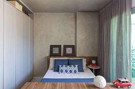 64. O cinza também dá ao quarto de casal moderno um tom mais industrial. Projeto por: BEP Arquitetos