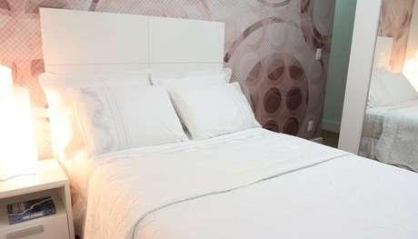42. O modernismo de um quarto de casal moderno pode também estar no papel de parede utilizado. Projeto por: Karen Pelegrini