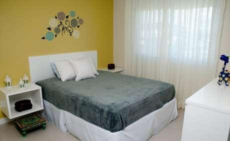 65. Desenhos na parede do quarto de casal moderno pode trazer mais frescor ao cômodo. Projeto por: Juliana Pippi