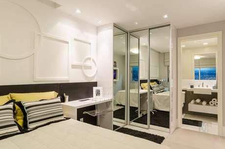 51. As paredes podem contar com sancas em um quarto de casal moderno. Projeto por: BG Arquitetura