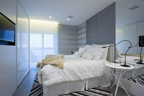 41. O quarto de casal moderno pode ser mais minimalista. Projeto por: Máira Ritter