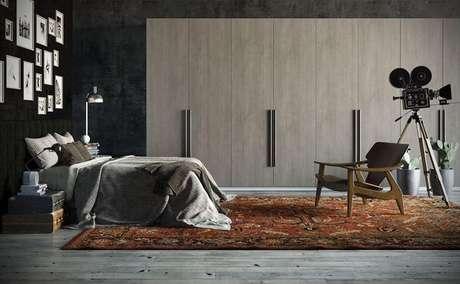 66. O uso de tapetes grandes é bom para compor o quarto de casal moderno. Projeto por: Universo Decor