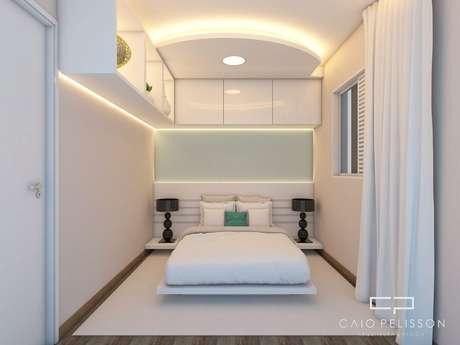 68. O armário suspenso também dá mais funcionalidade ao quarto de casal moderno. Projeto por: Caio Pelisson