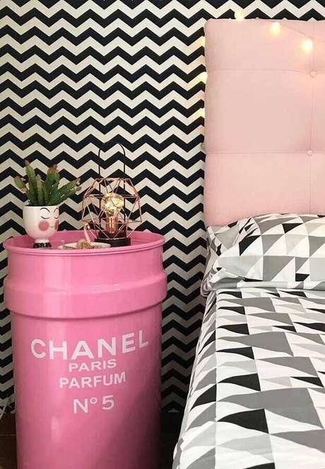 33. Decoração de quarto feminino com papel de parede preto e branco e tonel decorativo rosa com logo da Chanel – Foto: Zozu