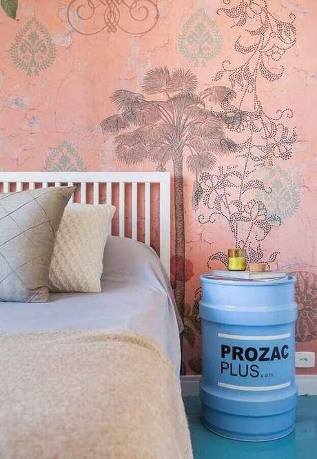 34. Quarto decorado com papel de parede rosa e tonel decorado azul – Foto: A Minha Festinha