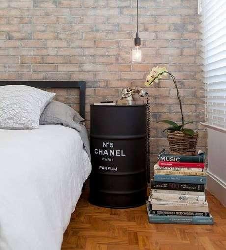 35. Quarto decorado com parede de tijolinho e tonel decorado preto com logo da Chanel – Foto: Pinterest