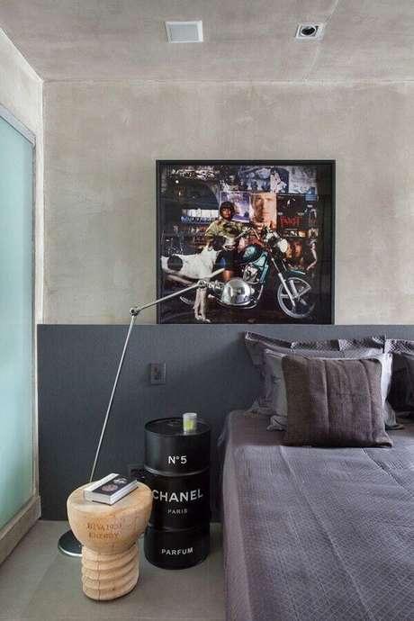 36. Quarto moderno decorado com cimento queimado e tonel decorativo preto – Foto: Studio RO+CA