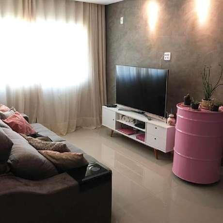 39. Sala de estar decorada com tonel decorativo rosa – Foto: Zozu