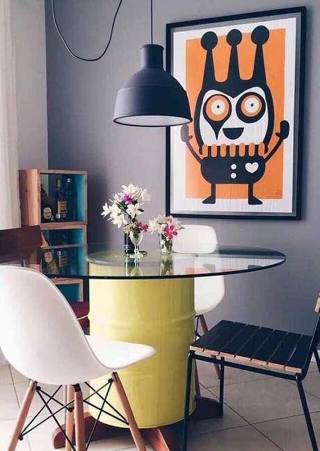 40. O tonel decorado também pode ser usado como base para a sua mesa de jantar – Foto: Viviany Navarro
