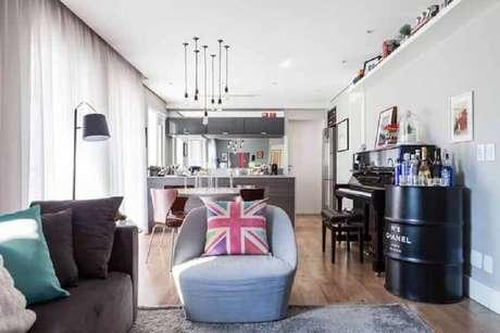 45. Sala integrada decorada com barzinho de tonel decorativo – Foto: Pinterest