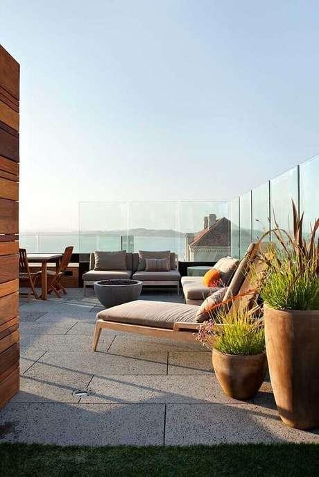 53. Terraço decorado com cadeira espreguiçadeira de madeira – Foto: Arquitetura e Engenharia