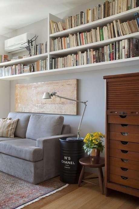 58. Decoração de sala de estar com tonel decorativo preto e prateleiras de livros – Foto: Bianca da Hora Arquitetura