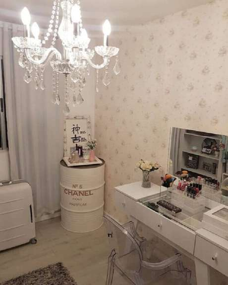 63. Tonel decorativo para quarto feminino todo branco com penteadeira e lustre de cristal – Foto: Pinterest