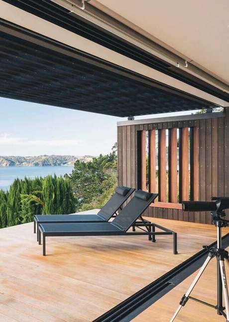 54. A cadeira espreguiçadeira também é uma ótima opção de móvel para varandas – Foto: Architonic