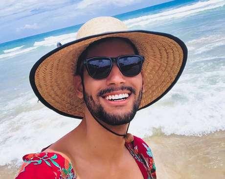 Léo Viturinnoaborda diversidade em vídeo por meio de Libras.