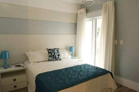 22. As cortinas para quarto de argolas e com pregas americanas são muito charmosas