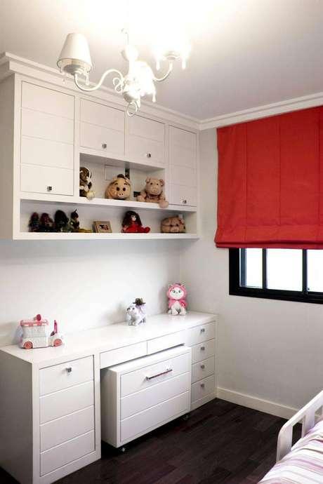 8. Cortinas com cores fortes, como o vermelho, ficam mais destacadas com paredes claras.