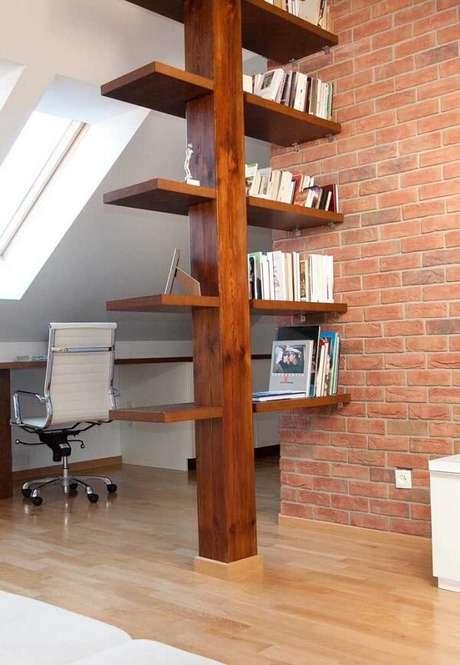 63. A viga de madeira foi utilizada como prateleira para livros e itens decorativos. Fonte: Pinterest