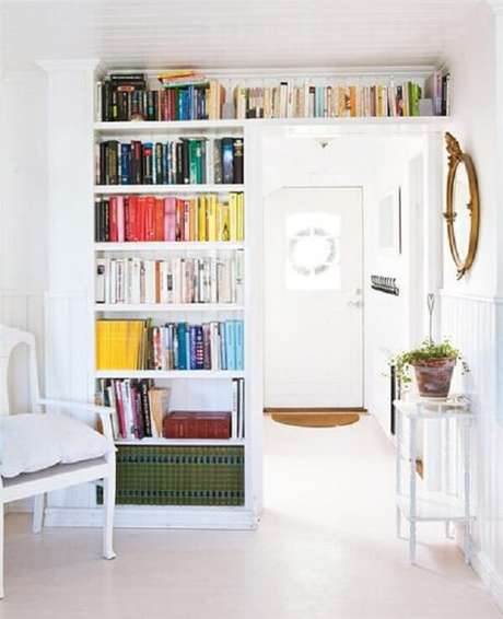 12. Aproveite o espaço do quarto alinhando a prateleira para livros com o recorte da parede. Fonte: Book Bub