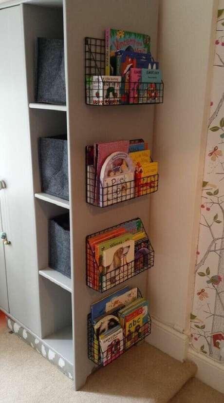 14. Que tal embutir prateleira para livros no armário do quarto? Fonte: Pinterest