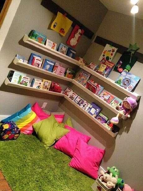 16. Cantinho da leitura com prateleira para livros infantil. Fonte: Lumax Homes