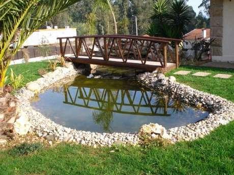 7. Que tal fazer um lago artificial com ponte? É incrível! – Por: Pinterest