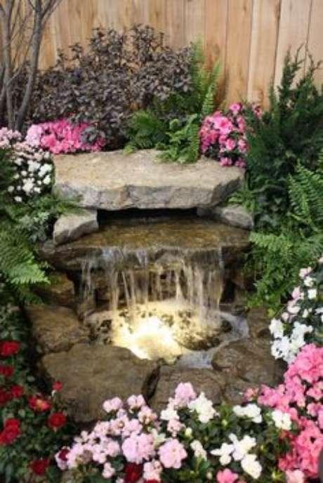 9. Decore o como fazer lago artificial com lona com flores e cascatas – Por: Pinterest