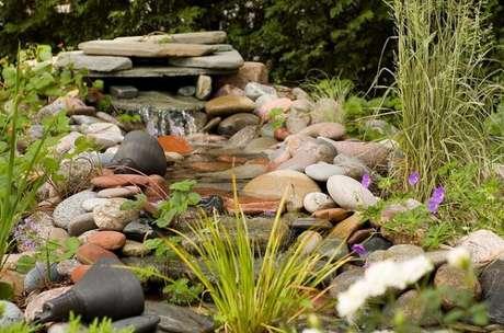 10. Caso a ideia seja fazer um lago artificial para jardim pequeno, use pedras para decorá-lo – Por: o meu jardim