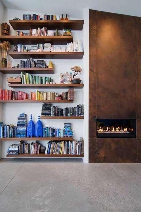 65. Combinação perfeita, livros e lareira. Fonte: Pinterest