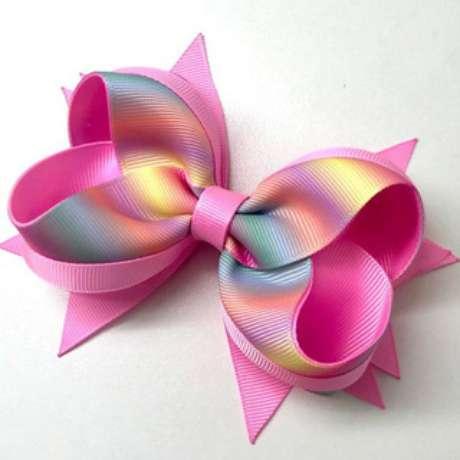 12. Sabendo como fazer laço de fita, você já pode comprar tecidos coloridos e até mesmo holográficos. Foto: Revista Artesanato