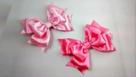 19: Você também pode fazer laços com tecidos delicados, agora que já sabe como fazer laço de fita. Foto: Youtube