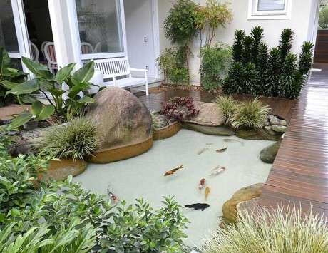14. Faça um lago artificial na área externa de casa, sem atrapalhar a passagem – Por: Decorando Casas