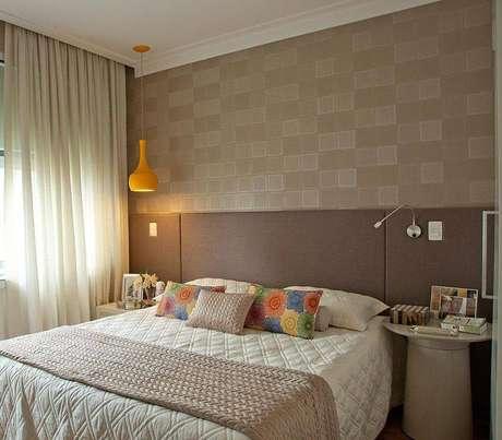 3.Cortinas para quarto com tecidos leves proporcionam um visual elegante no ambiente.