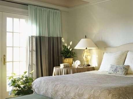 38- As cortinas para quarto de casal com dois tecidos criam uma atmosfera moderna ao ambiente. Fonte: Arquidicas