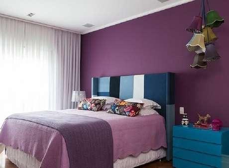 41-As cortinas para quarto contemporâneo de cores fortes utiliza o tecido voil para equilibrar a decoração. Fonte: Pinterest