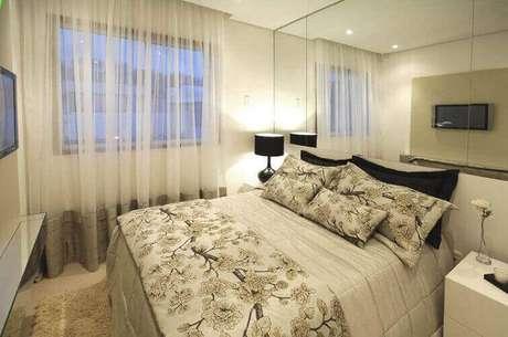 47- As cortinas para quarto em tecido leve podem ter o barrado da mesma cor predominante na colcha e acessórios do dormitório. Fonte: NetStudios