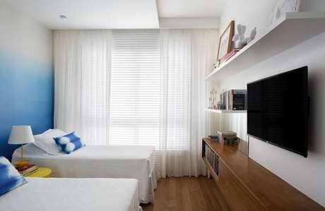 54- As cortinas para quarto pode ser combinadas com persianas de metal. Fonte: Mediabix