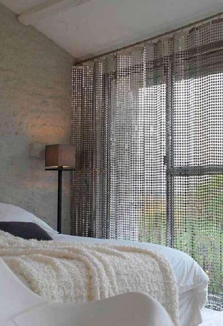 55-As cortinas para quarto com tecidos leves permitem a visibilidade da área externa. Fonte: Pinterest