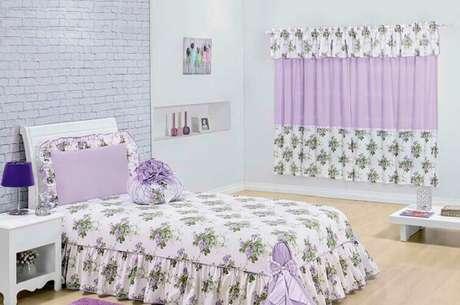 58- Na decoração do dormitório as cortinas para quarto têm aplicação de tecido igual da colchas e almofadas. Fonte: The Holk