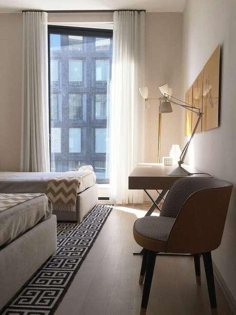 62- Os tecidos leves em cortinasde quarto proporcionam a passagem dos raios de sol. Fonte: Kwartet Arquitetura