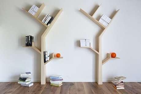 17. Decoração minimalista com essas duas prateleira para livros em formato de árvore. Fonte: Kostas Syrtariotis