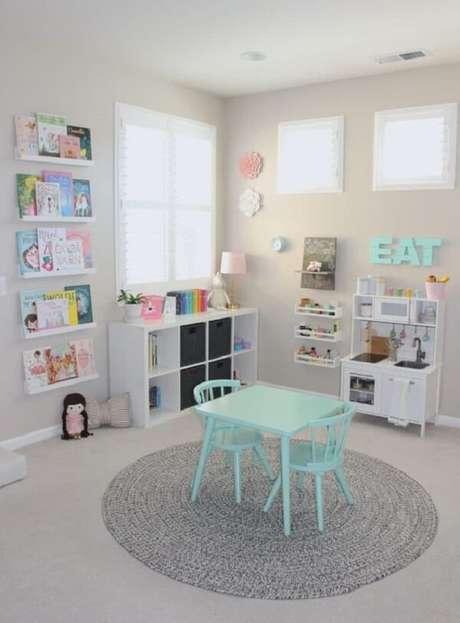 18. Decore de forma criativa o quarto das crianças incluindo prateleira para livros. Fonte: Project Nursey
