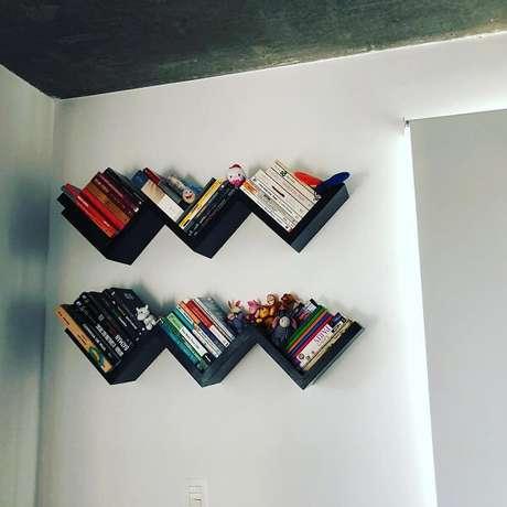 67. Dupla de prateleira para livros na cor preta. Fonte: Tua Casa