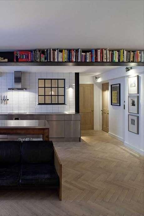 68. Em ambientes com espaços limitados, procure instalar prateleiras altas. Fonte: Pinterest
