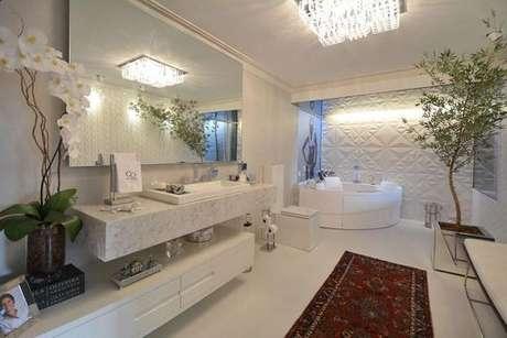 7. Banheiros necessitam de placas de gesso acartonado resistentes à umidade, mas podem ter painéis lindos. Projeto por: Mariana Arnellas